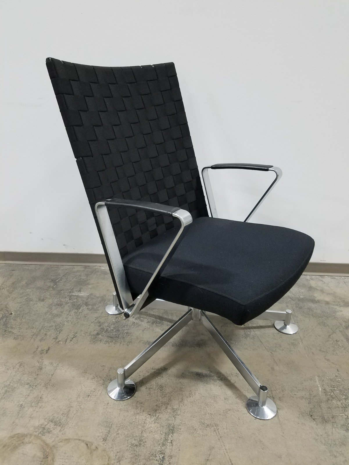 Davis Swivel Lounge Chairs With Woven Black Back